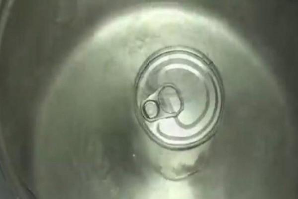Έριξε ένα κουτί ζαχαρούχο γάλα σε βρασμένο νερό! Το αποτέλεσμα θα σας εκπλήξει!