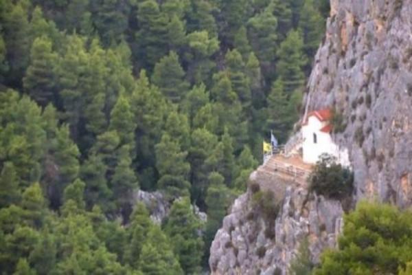 Πάρνηθα: Κλέβει τις εντυπώσεις το εκκλησάκι της Αγίας Μαρίνας χτισμένο πάνω στο βράχο!