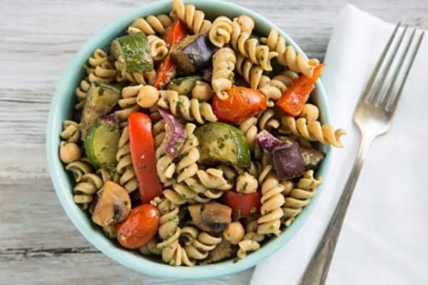 Πεντανόμιστη και light μακαρονοσαλάτα με ψητά λαχανικά!