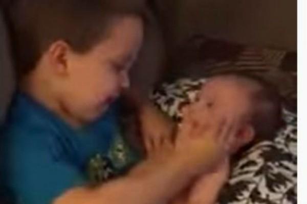 Αυτό το αγοράκι κρατάει αγκαλιά την αδερφούλα του και όλο το διαδίκτυο δακρύζει! Ο λόγος; Θα σας συγκινήσει!