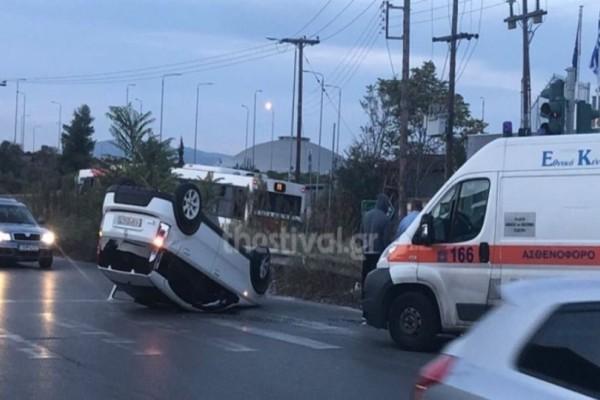Τροχαίο στη Θεσσαλονίκη: Αυτοκίνητο «καρφώθηκε» πάνω σε κέντρο διασκέδασης!