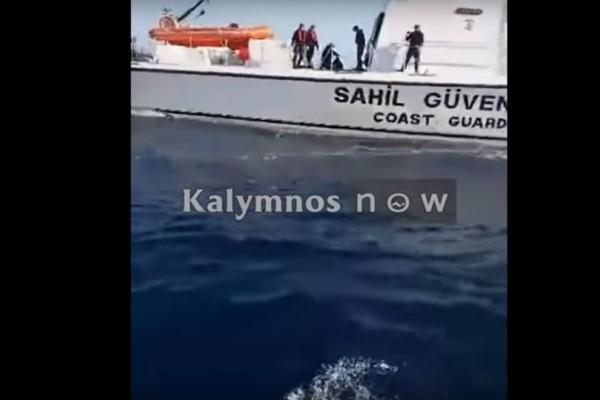 Αδιανόητο: Η στιγμή που Τούρκοι λιμενικοί κλέβουν το παραγάδι Ελλήνων ψαράδων! (video)