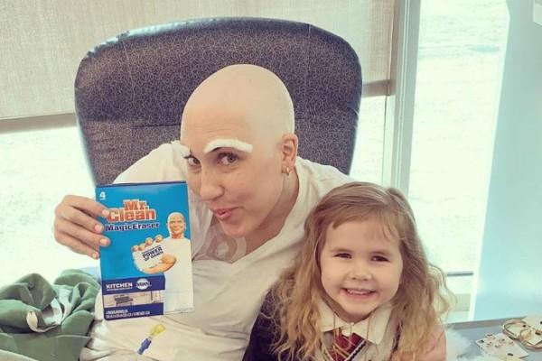 Ραγίζει καρδιές η 4χρονη που κόβει τα μαλλιά της μαμάς της πριν ξεκινήσεις τη χημειοθεραπεία!