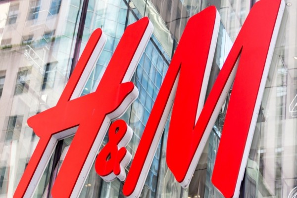 Νέα κολεξιόν από τα H&M - Μην χάσετε το βικτωριανό μπλουζάκι που κάνει μόλις 9,99€!