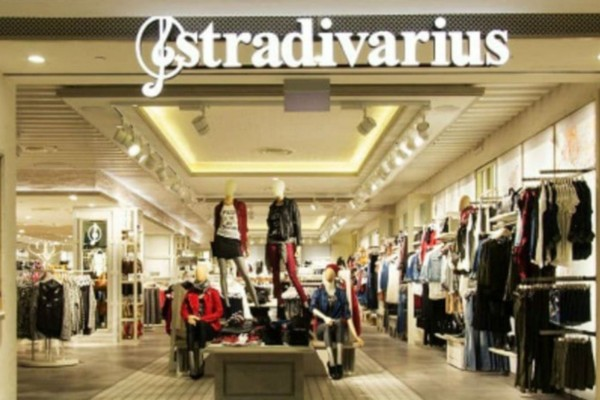Stradivarius: Βρήκαμε το ψηλόμεσο κόκκινο παντελόνι ειδικά για την ημέρα του Αγίου Βαλεντίνου! Κάνει λιγότερο από 20 ευρώ!