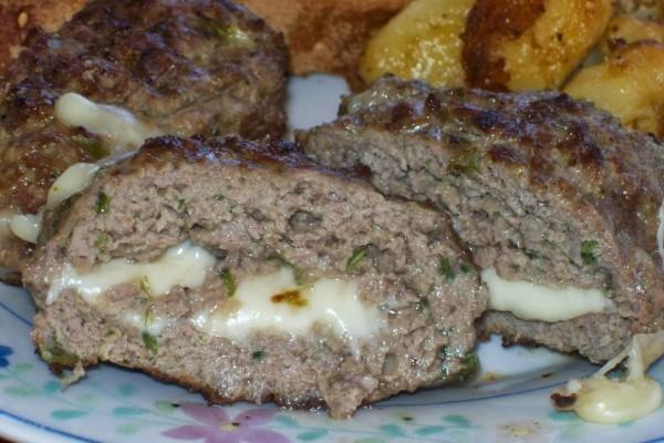 Δεν θα την αλλάζεις αυτή τη συνταγή: Ζουμερά μπιφτέκια με κασέρι!