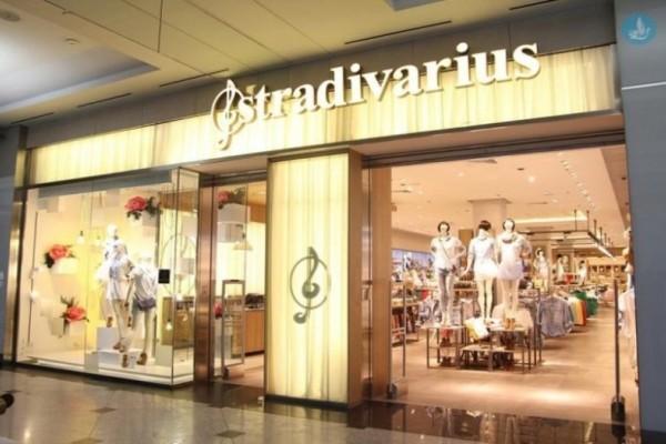 Stradivarius: Ανακαλύψαμε το ασύμμετρο φλοράλ τοπ που θα φέρει την άνοιξη στην ντουλάπα σου!