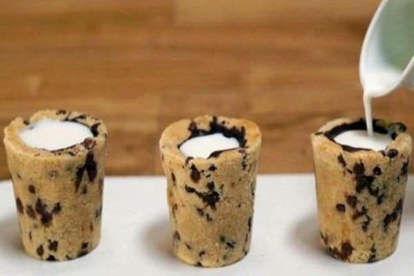 Φτιάχνει σφηνάκια από ζύμη και τα γεμίζει σοκολάτα και…Το αποτέλεσμα, θα σας ξετρελάνει! (video)