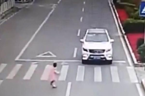 Εκεί που οδηγούσε στην εθνική οδό βλέπει ένα κοριτσάκι να πέφτει από το προπορευόμενο όχημα - Τότε, σοκαρισμένος διαπιστώνει πως…