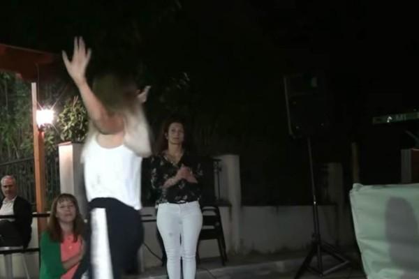 Νεαρή κοπέλα χόρεψε ζεϊμπέκικο και