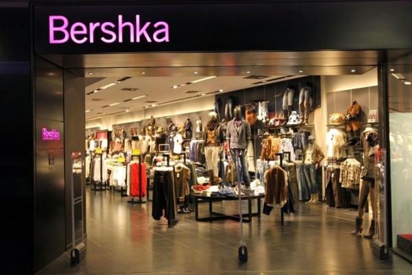 Bershka: Ανακαλύψαμε το απόλυτο must have little black dress με λιγότερο από 30€!