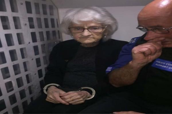 93χρονη γιαγιά κυκλοφορεί με χειροπέδες! Μόλις μάθετε το λόγο θα σοκαριστείτε!
