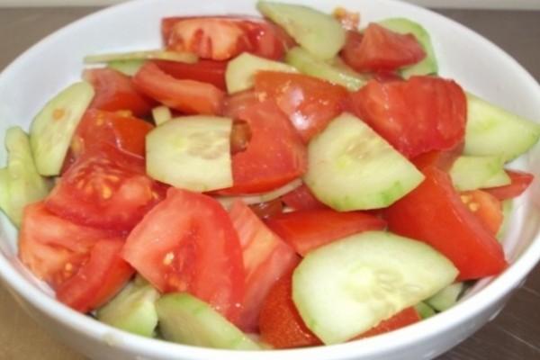 Σταματήστε να τρώτε ντομάτα με αγγούρι! Ο ύπουλος συνδυασμός τοφίμων που κάνει κακό στην υγεία!