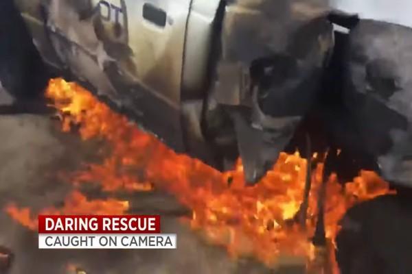 Βίντεο-σοκ! Το αυτοκίνητο φλέγεται και ο ηρωικός άνδρας τρέχει να σώσει τον οδηγό!