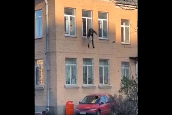 Επική απόδραση: Έφυγε από το παράθυρο αγκαλιά με...ένα καλοριφέρ!