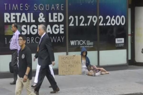 Αυτός ο άστεγος ζει στον δρόμο με την κόρη του...Ο τρόπος που τους συμπεριφέρονται είναι εξοργιστικός!