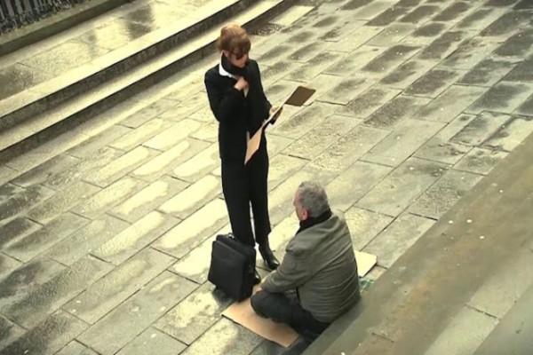 Γυναίκα αλλάζει την επιγραφή ενός άστεγου όταν καταλαβαίνει ότι είναι τυφλός! Η συνέχεια θα σας συγκλονίσει...