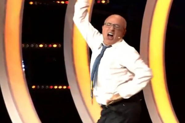 Καραφλός άνδρας χορεύει τσιφτετέλι στο πλατό του ΣΚΑΙ και γκρεμίζει το... διαδίκτυο!