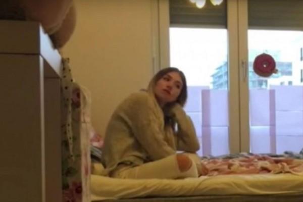 Κρύφτηκε κάτω από το κρεβάτι για να δει πόσο πιστό είναι το αγόρι της. Αυτό που έγινε, δεν θα το ξεχάσει ποτέ
