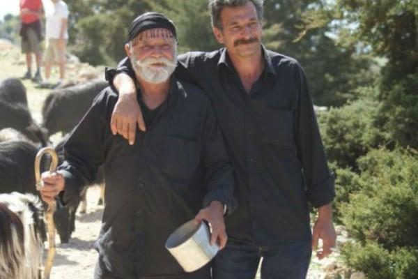 Η απίστευτη ιστορία πίσω από το μαύρο πουκάμισο των Κρητικών!