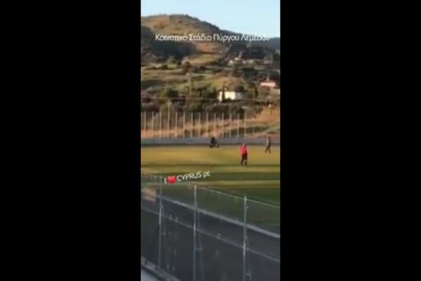 Έπος στην Κύπρο! Οπαδός έκανε «ντου» με μηχανάκι στο γήπεδο! (video)