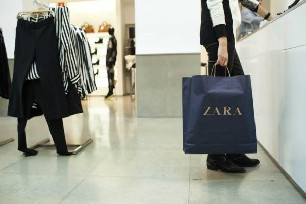 Χαμός στα ZARA με αυτό το εμπριμέ φόρεμα - Κοστίζει 15,99€ από 29,95
