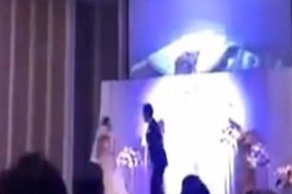 Αδιανόητο: Έπαιξε στο γάμο του video που καταγράφτηκε από κρυφή κάμερα τη νύφη να τον απατά με τον κουνιάδο της!