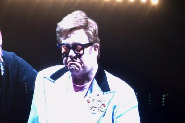 Σπαράζει καρδιές ο Έλτον Τζον! «Συγγνώμη, δεν μπορώ να τραγουδήσω»! (video)