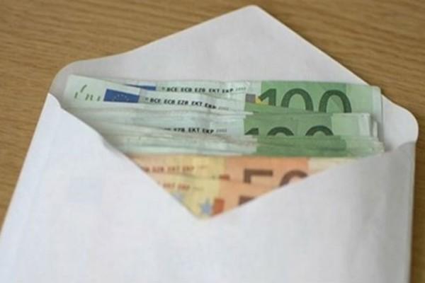 Βρήκε έναν φάκελο με χιλιάδες ευρώ μέσα...Δεν πάει το μυαλό σας στον λόγο που είχε μαζέψει τόσα χαρτονομίσματα