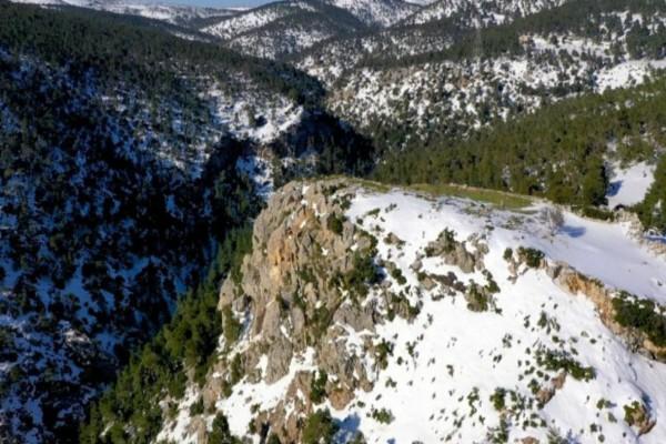 Βίντεο που κόβει την ανάσα! Το χιονισμένο «Φρούριο Φυλής» από ψηλά!