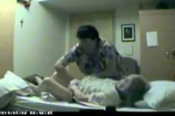 Ένας άνδρας έβλεπε μελανιές πάνω στην 85χρονη ηλικιωμένη μητέρα του - Αυτό που κατέγραψε η κάμερα τον σόκαρε