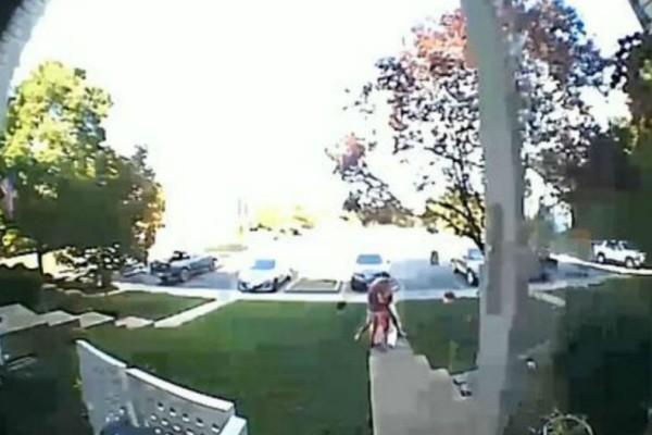 Γυναίκα ξαπλώνει στον γκαζόν με την κρυφή κάμερα να καταγράφει κάτι συγκλονιστικό! (Video)