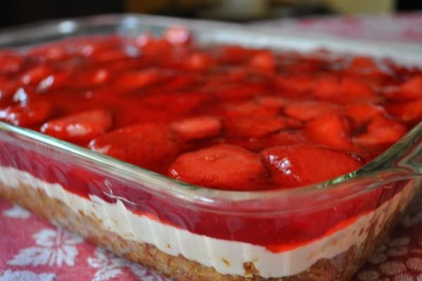 Το φραουλένιο γλυκάκι ψυγείου της γιαγιάς! Γρήγορο και με ελάχιστες θερμίδες!