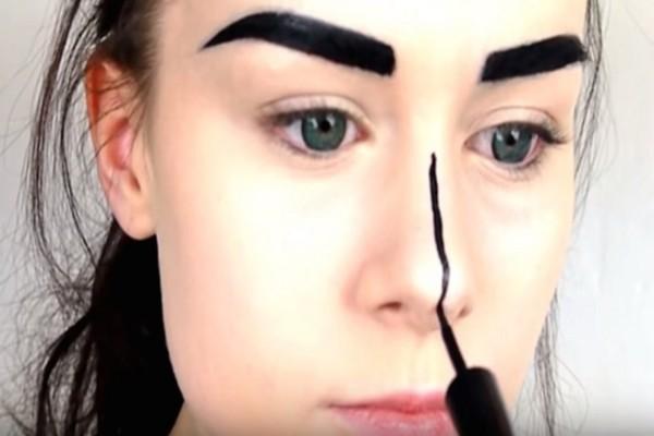 Έκανε μια λεπτή μαύρη γραμμή στη μέση της μύτης της! Το αποτέλεσμα θα σας αφήσει με το στόμα ανοιχτό!