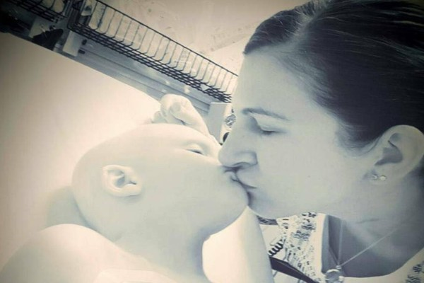 Μάνα αναγκάζεται να αποχαιρετίσει τον γιο της που σβήνει από καρκίνο και τα τελευταία λόγια του ραγίζουν και τις πιο σκληρές καρδιές