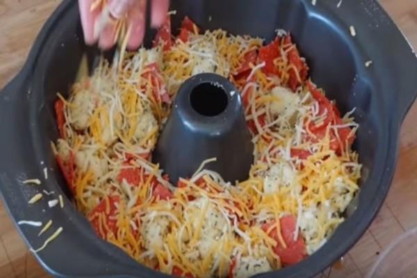 Σε μια φόρμα κέικ βάζει 3 είδη τυριών και ζύμη...Δεν φαντάζεστε τι φτιάχνει!