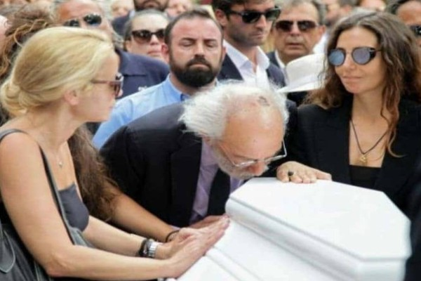 Ζωή Λάσκαρη: Συγκλονίζει αυτό που φώναζαν στην κηδεία της!