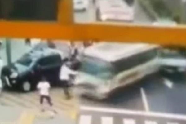 Λεωφορείο έπεσε πάνω στη μητέρα με τον γιο της! (Video)