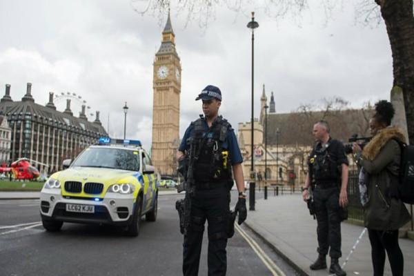 Πυροβολισμοί της Αστυνομίας σε άνδρα με μαχαίρι στο κέντρο του Λονδίνου!