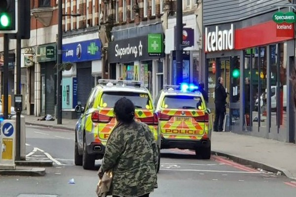 Βίντεο-σοκ από το Λονδίνο! Η Αστυνομία πλησιάζει τον νεκρό τρομοκράτη!
