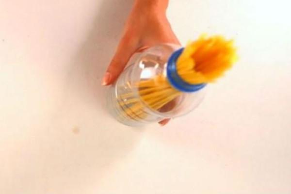 Πήρε ένα πλαστικό μπουκαλάκι και το γέμισε με μακαρόνια! Όταν δείτε γιατί, θα το καθιερώσετε! (video)