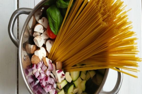 Βάζει μακαρόνια και λαχανικά μέσα στην κατσαρόλα για 10 λεπτά - Θα γλείφετε τα δάχτυλά σας!