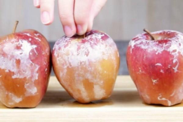 Παίρνει μήλα και ρίχνει από πάνω μπέικιν πάουντερ. Ο λόγος; Συναρπαστικός!