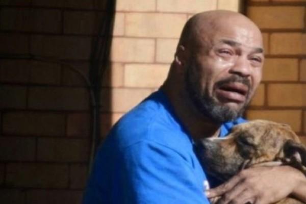 Ραγίζει καρδιές ο άντρας που κρατά στα χέρια του τον πεθαμένο σκύλο του! Ο σπαραγμός του θα σας κάνει να δακρύσετε!