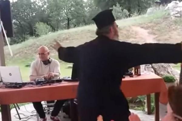 Μερακλής παπάς χορεύει ζεϊμπέκικο - Το βίντεο έχει