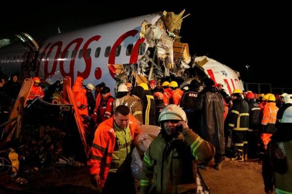 Ένας νεκρός στο αεροπλάνο που κόπηκε στα τρία στην Τουρκία!