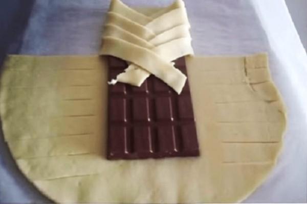 Πήρε μια ολόκληρη σοκολάτα και την τύλιξε με ζύμη!
