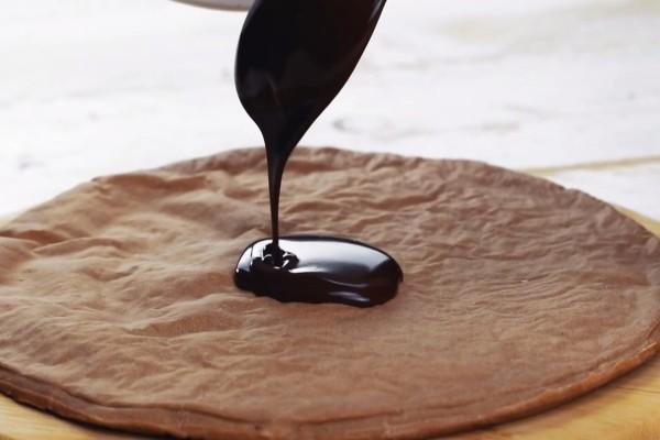 Έριξε λιωμένη σοκολάτα πάνω σε ζύμη πίτσας και το έβαλε στον φούνο...Αυτό που έφτιαξε είναι θεϊκό!