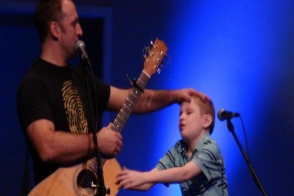 Ένα 10χρονο τυφλό και αυτιστικό παιδί ανέβηκε στην σκηνή...Λίγα λεπτά μετά έκανε κάτι που δεν περίμενε κανείς!