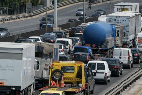 Σοβαρό τροχαίο στη λεωφόρο Κηφισού! Σύγκρουση φορτηγού με μηχανή!